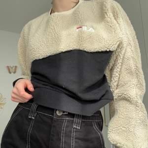 Sweatshirt med fluff som är super mjuk och mysig! Passar bra med allting. Cool streetstyle! 🔥💕  Passar snyggt oversized.