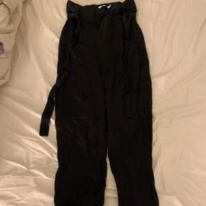 Svarta raka kostymbyxor/linnebyxor med justerbar snörning. Endast prövad men aldrig använd