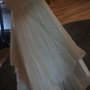 Jätteskön och härligt mjuk klänning från Stile benetton.  den går till halva låret/knäna, assymetrisk så någonstans där emellan, ca 80-85 cm lång mätt från armhålan och ner.  style Via Villa Minelli  benetton / sisley  SAMFRAKTAR!