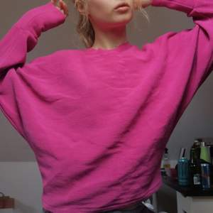 Sirisrosa tröja från NLY TREND i fint skick och fint material. Väldigt bekväm. Storlek M men passar även S💕