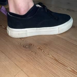 Säljer mina skit snygga skor från eytys x hm. Dom är använda ungefär 5 gånger alltså väldigt bra skick!