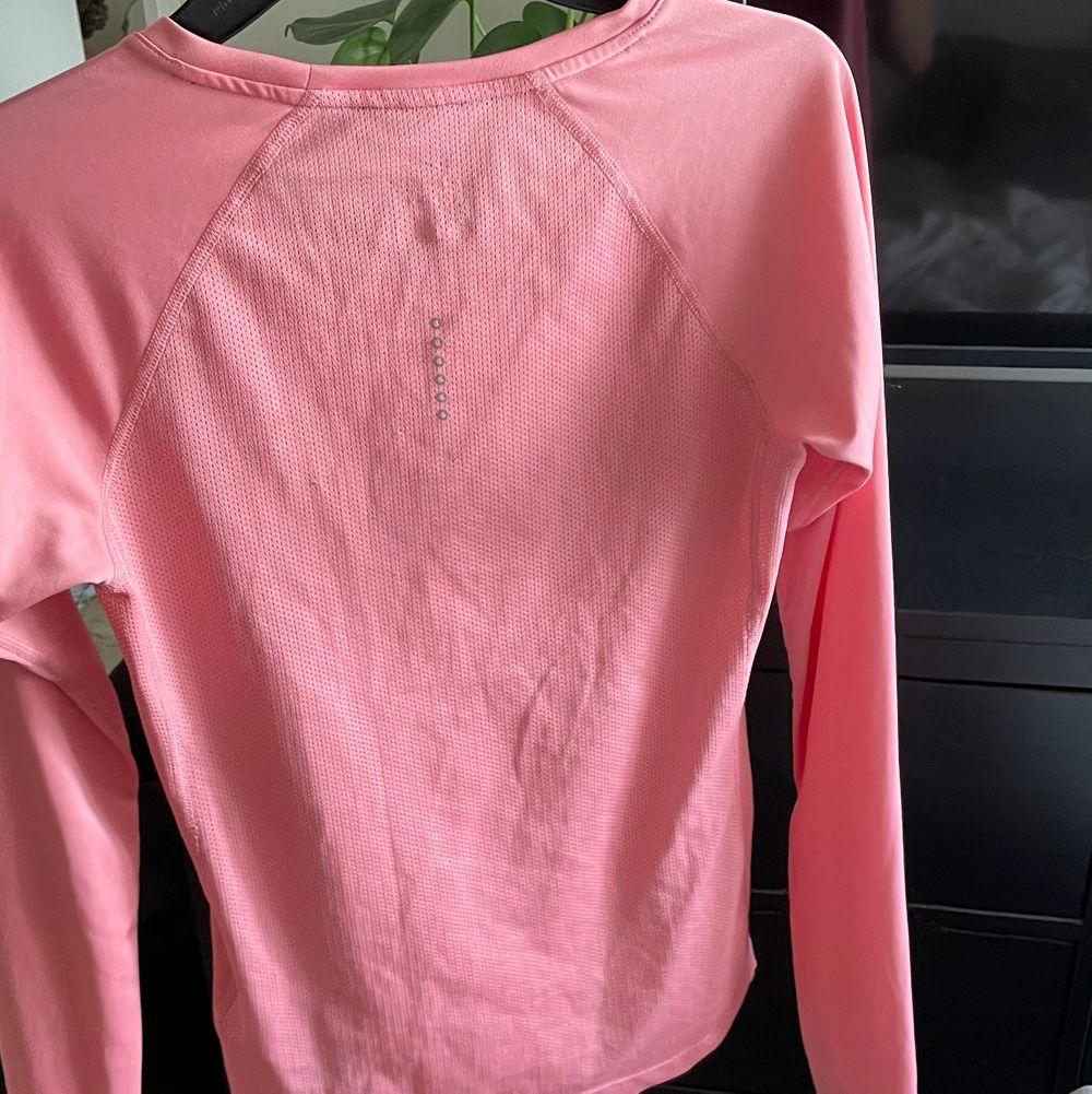 En fin rosa långärmad träningströja i storleken XS den har inga skador och säljer pågrund av att den är för liten. Säljer den för 100kr +frakt. Tröjor & Koftor.
