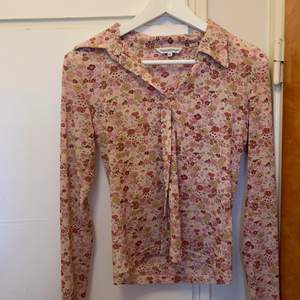 En underbaar skjorta från Marwin & Friends. Den är i fint skick och skulle behöva ett nytt hem då jag använder den för sällan. Den går att styla på många fina sätt!