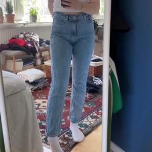 Ljusblå jeans från Carin Wester. Jag är 160 för referens. Säljer för att jag inte använder lika mycket längre!