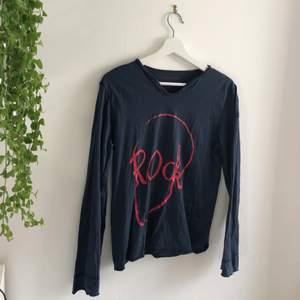 """Zadig tröja med """"rock"""" tryck. Inköpt för ca 1000 kr, säljer för 250. Köparen står frakten! Mycket bra skick!"""