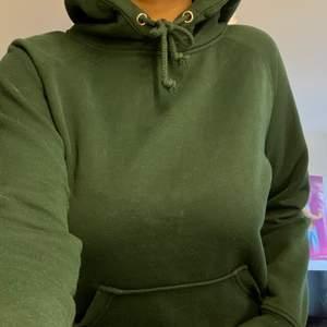 Säljer min fina hoodie från Bikbok då den är lite för liten på mig. Storlek XS men passar även S och M beroende på hur man vill att den ska sitta. Färgen är mörkgrön och jätte fin. Gått skick då jag inte använt den särskilt mycket