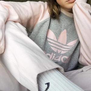 babyrosa och grå adidas sweatshirt, lerfläck på ena armen men ganska säker att de går bort i tvätten! byxorna på bild 1 är också till saluuu