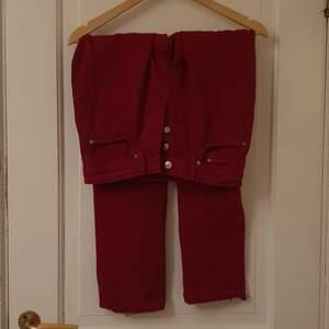Vinröda mom jeans I vintage stuk, från H&M. Bra skick! Köparen står för frakten! (SKULLE SÄG ATT STORLEKEN ÄR MER W 24/ W25 ISTÄLLET FÖR W 26)