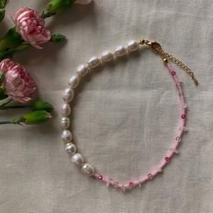 Halsband gjort av äkta sötvattenspärlor, samt en blandning av rosa pälor 💓 Ta beställning här på Plick eller på min Instagram @emmaxjewelry 🌸