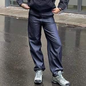 Säljer dessa coola mörkblå jeans med vit söm från carhartt i W28! De är nästan helt oanvända! Den första bilden är lånad (exakt dessa byxor dock) men jag själv på de 2 sista bilderna är 172cm lång💗