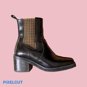 Svarta boots i äkta läder, handgjorda i Portugal från & Other Stories. Klacken är 6cm hög och skorna är i mycket fint skick!