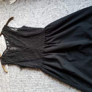 En tunn svart klänning med spets. Storlek 34 men den känns lite större