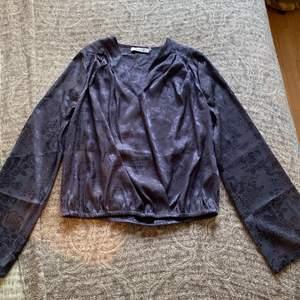 Classy oanvänd blus, med Blom tryck på! St 36
