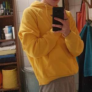 En hoodie köpt från carlings i färgen gul. Det står storlek Medium men skulle själv klassa det small p.g.a. att den inte är jätte lång. Annars är den i fint skick, ganska stretch på tyget och lite oversized i luvan. Orginalpriset var 499 kr.