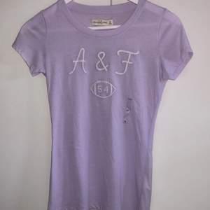HELT OANVÄND Abercrombie & Fitch tröja. Jättemjukt och skönt material i en snygg lila färg. Prislapp och allt sitter kvar!💜