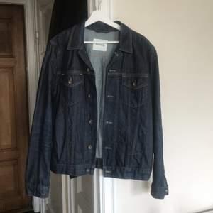 """jeansjacka i gott skick från Ben Sherman, sparsamt använd. """"Herrstorlek"""" M."""