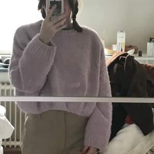 En otroligt söt stickad tröja från pull and bear i storlek small. Jag på bilden har xs för att få perfekt oversize. Tröjan är väldigt mjuk och inte stickig alls