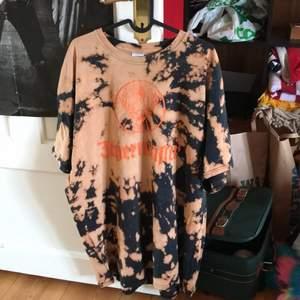 En asball Jägermeister t-shirt som jag blekt själv. Använd ett antal gånger och säljer nu pga att den inte längre används. Säljer för 100kr+ frakt😋