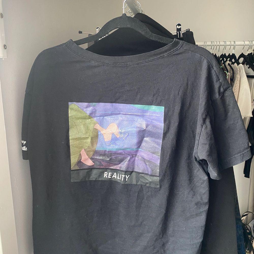 Svart T-shirt med tryck . T-shirts.