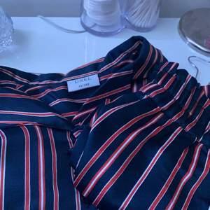 Ett jätte fint pyjamas sett som är helt oanvänd. Storlek på tröjan 152/Y12  storlek på byxorna 150/Y12. Säker båda för 100 kr orginalpris 280 kr.