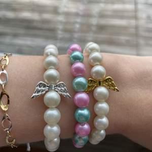Tänkte kolla hur många som hade varit intresserade utav att köpa dessa egengjorda pärlsmycken, då jag isåfall tänkte börja sälja dessa för 29kr/st. Finns i de färger som är på tredje bilden, andra bilden är hur halsbanden sitter på mig!! 💞💞💞 går även att kombinera färgerna om man vill det som jag gjort på första bilden med armbanden som jag också tänkte göra isåfall 💞💞