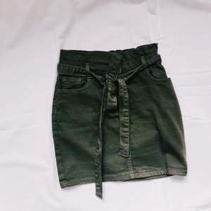 Militärgrön jeanskjol från parisian. Knytning i midjan, fickor bak. Parisian är små o storlekarna. Passar 34-36. Kan mötas på/nära Lidingö alt. Skicka. Köparen betalar frakt :)