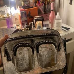 Säljer denna jätte snygga, trendiga och unika väskan ! Använd ca 2 gånger 🌸⚡️