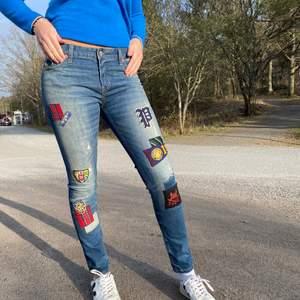 Ralph Lauren Jeans med jättecoola patches på. Lågmidjade och asbra passform. Från barnavdelning st 16 år men passar upp till st 36.