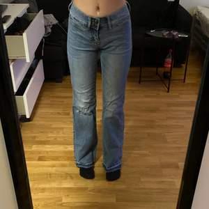 Säljer dessa raka jeans då jag inte har någon användning av dom. Dom går ända ner till golvet på mig som är 167cm lång. Kan mötas i Stockholm elelr skicka (du betalar frakt)