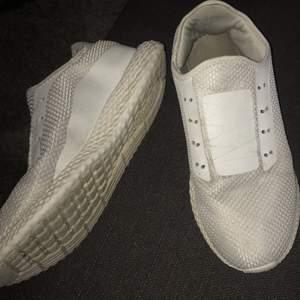 Ingen aning vad det är för märke, men dom är riktigt sköna och bra kvalitet. Har inge skosnöre dock. Använda en sommar.