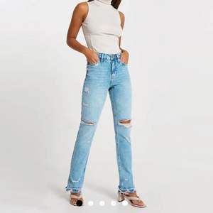 Säljer dessa supersnygga jeansen då de inte riktigt passade mig och jag inte kan skicka tillbaka dem. Helt nya med prislapp kvar! Storlek 32 men passar 34 också! Nypris runt 800kr då frakten var ganska dyr, säljer därför för 600kr, priset kan dock diskuteras 💕💕