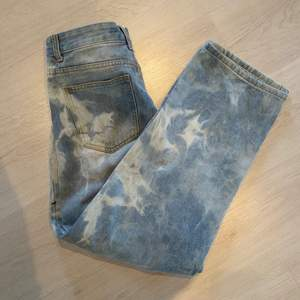 Jeans från pretty little thing med slitningsdetaljer!💘 Passar perfekt! Storlek M! (Frakten går att diskutera)