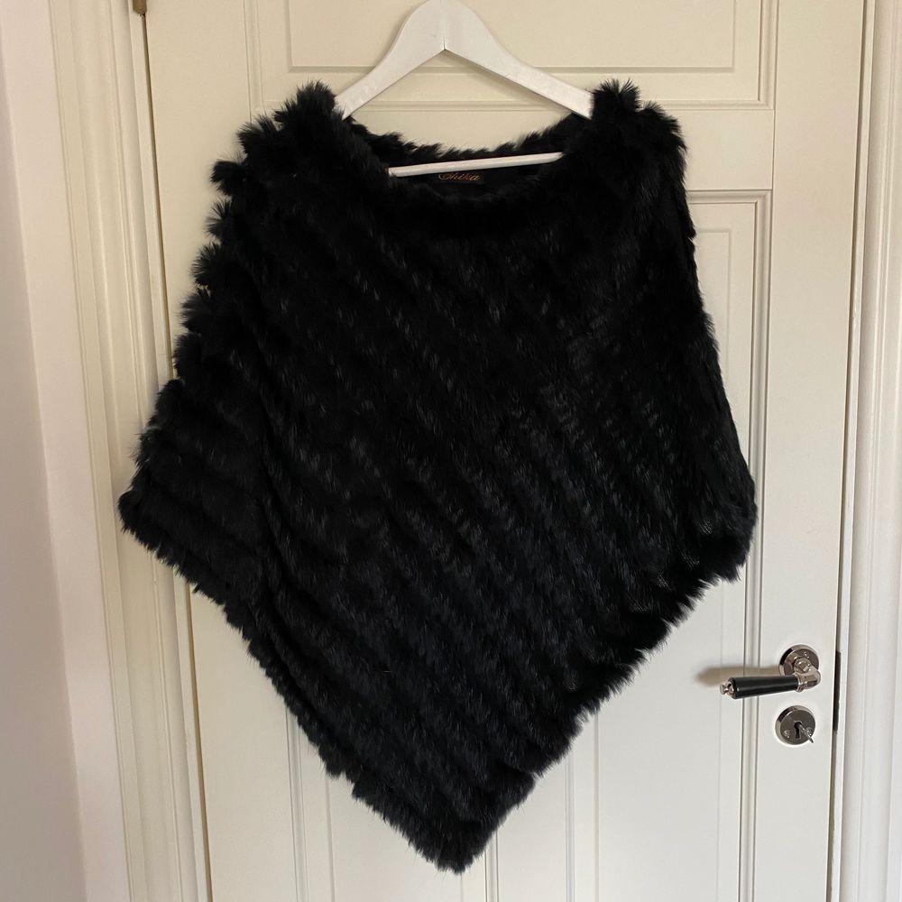 En svart päls kimono. Obs äkta päls. Knappt använd . Tröjor & Koftor.