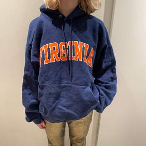 Super snygg trendig hoodie med Virginia tryck! Uppskattad storlek L-XL. Buda i kommentarerna! Startpris:100kr