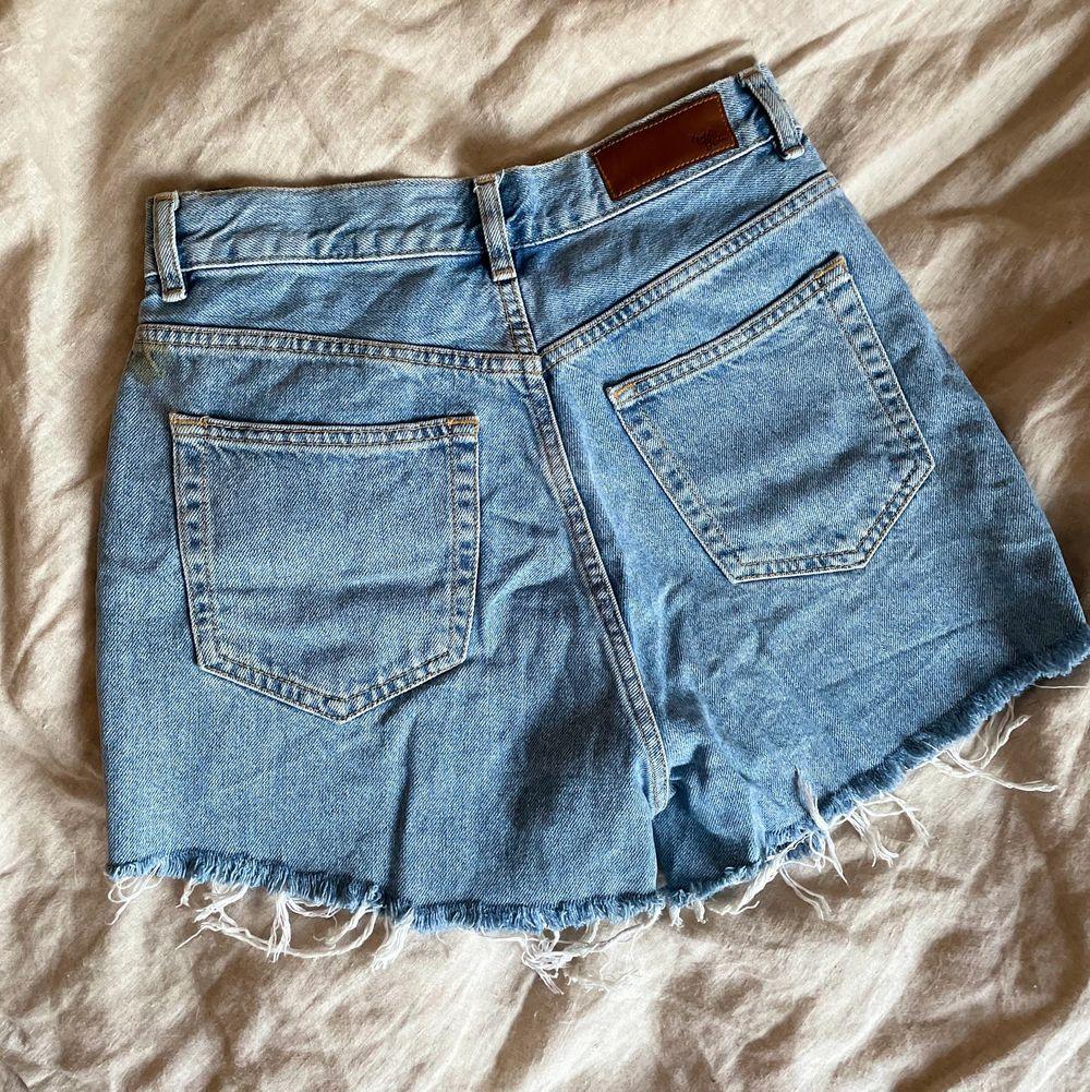 Supersnygga jeansshorts från Bikbok, älskar dessa men tyvärr i minsta laget på mig. Väldigt sköna och inte superkorta. 100% bomull. ✨ Kan mötas upp i Linköping alternativt skickas mot fraktkostnad! . Shorts.
