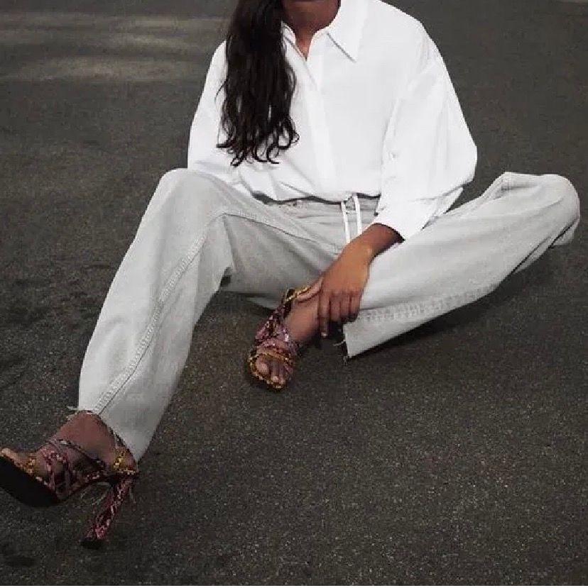 Säljer mina grå zara jeans då de inte längre kommer till användning. Bra skick förutom att de fransat sig lite längst ner💕. Jeans & Byxor.