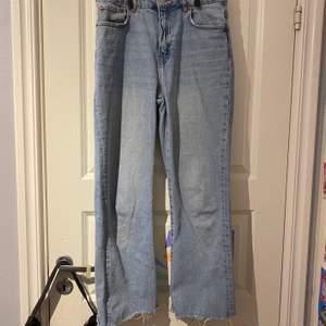 Ett par jeans som är lite kortare vid anklarna, men den bruna lappen bak på jeansen har tyvärr färgat av sej lite på baksidan.