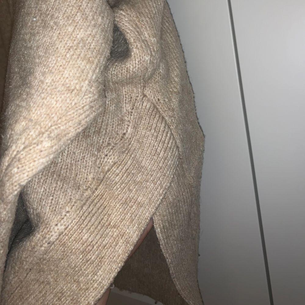 Stickad polo i beige färg med slits på sidan, den är i S men är väldigt stor . Stickat.