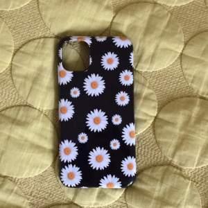 En fodral till iPhone 11 som skyddar och täcker mobilen. Den har en blommig tryck. Är nästan oanvänt.