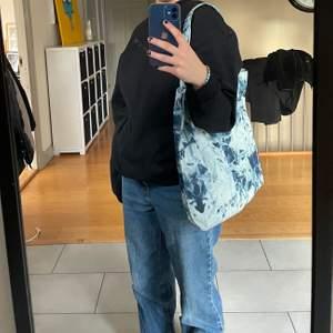 Skitsnygg jeans väska i batik. Rymlig väska som är perfekt att ha till skolan. Ett enkelt sätt att få en outfit att bli lite extra💙💙💙