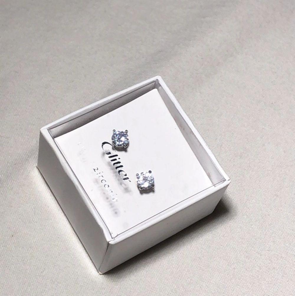 Nya örhängen från glitter ✨ kontakta vid intresse & frågor, kostar 50kr🤩. Accessoarer.
