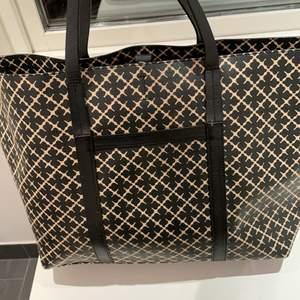 Säljer min Malena Birger väska som är lite större och perfekt att ha till gymmet eller om man ska sova borta en natt❤️ Jätte fräsch och dustbag ingår. Nypris är ca 3000 för den här större modellen som inte längre säljs❤️