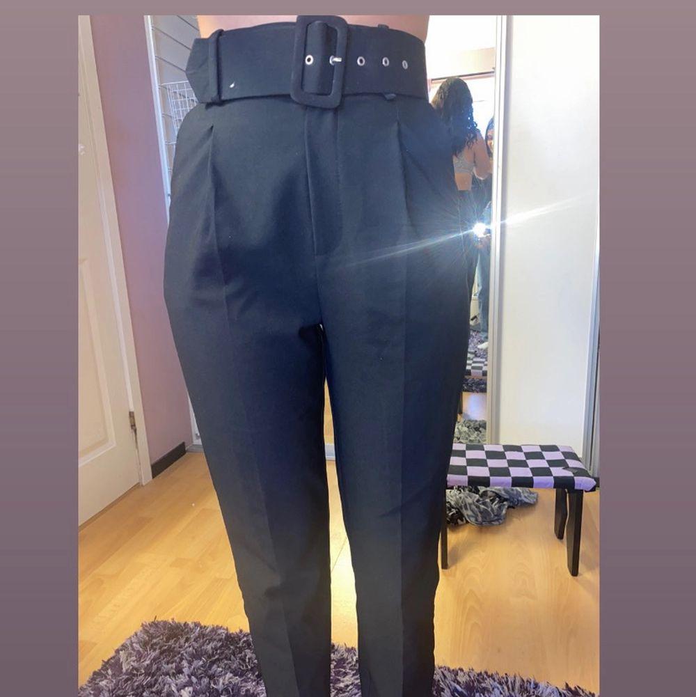 Kostym byxor från Gina tricot. Storlek 34 men passar även en 36:a. De är lite pösiga nertill men tajta vid röven & midjan. Tillkommer även bälte. Säljs pågrund av att dem inte kommer till användning. . Jeans & Byxor.
