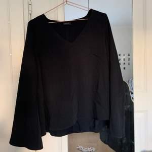 Fin svart tröja, köpt på VILA. Är i storlek XS, men passar mig som S, då modellen är lite större💕