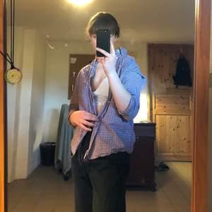 En finfin Eton skjorta, sparsamt använd. Svincool retro i härligt material, går att matcha till mycket. DMa för frågor. Köpare står för frakt men jag kan också mötas upp i Lund. Kolla gärna in mina andra annonser också:) Ps/ jag säljer också jeansen🥰