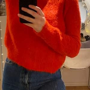Röd stickad tröja, otroligt behagligt material från gina tricot, betraktas som storlek S/M🤍