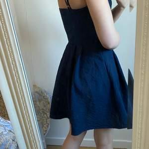 Blå klänning från VILA, använd en gång. Storlek 34