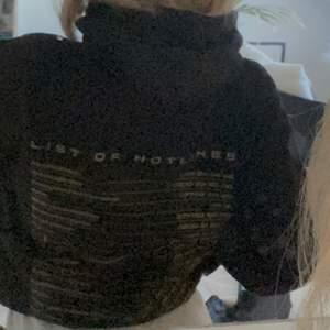 Super fin svart list of hotlines hoodie. Aldrig använd endast testad. Säljer då den inte riktigt passade mig 🥰 Annars sjukt skön och snygg hoodie! ❤️😁 NY PRIS: 350-400 FRAKT: 79kr