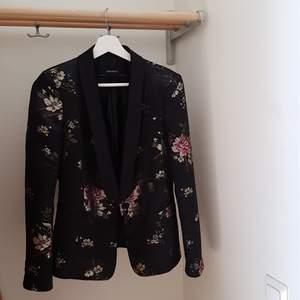 Kavaj från Zara i storlek S. Otroligt fint mönster och knappt använd! Vid snabb affär står jag för frakten 🥰