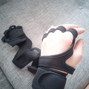 Black gloves. Perfect for lifting weights! New. Size S-M.